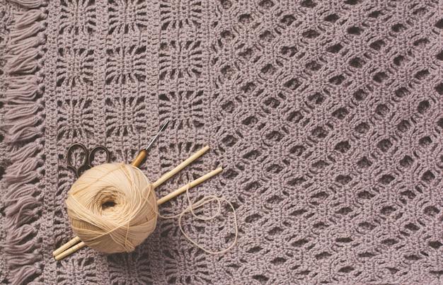 Agulhas de tricô de madeira, tesouras e fios