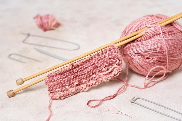 Agulhas de tricô e lã