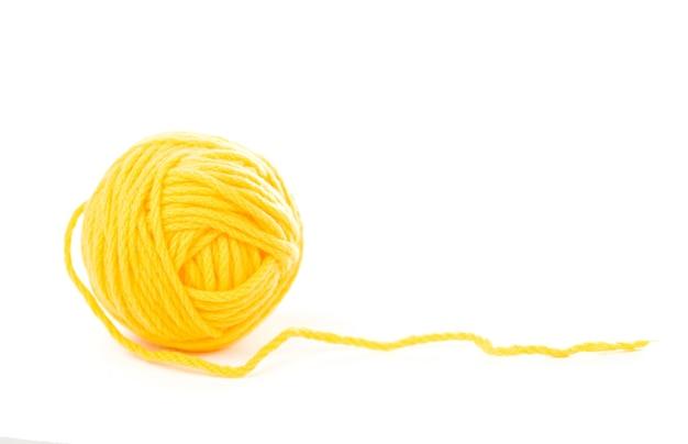 Agulhas para tricô em fundo branco.