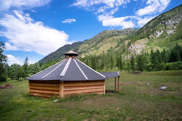 Ail. ger de barraca redonda portátil mongol tradicional coberta com uma capa externa branca nas montanhas de altai, na mongólia ocidental.