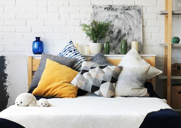 Ainda a vista interior home da vida da casa à moda do quarto da cama de casal com coxins confortáveis.