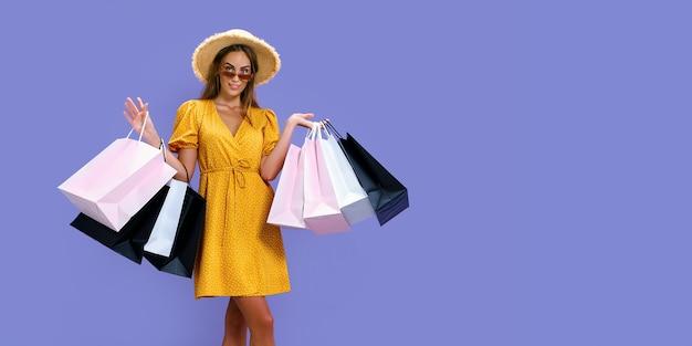 Ainda bem que a mulher de chapéu e óculos escuros faz compras enquanto sorri para a câmera preta nas grandes vendas da sexta-feira