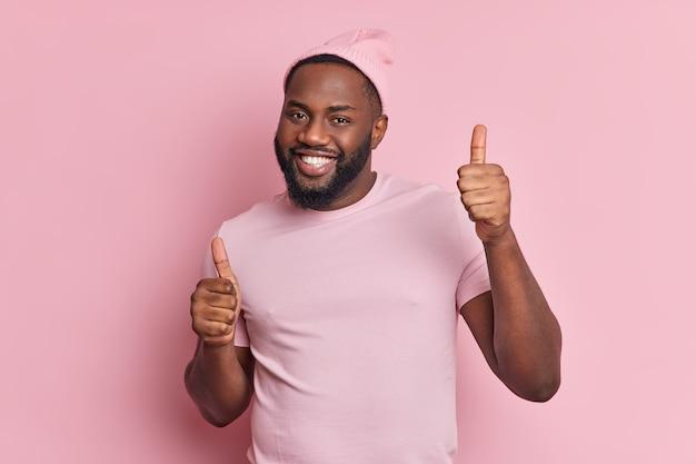 Ainda bem que o homem afro-americano de pele escura dança despreocupado, mantém os polegares para cima e um sorriso brilhante demonstra que gosta de algo