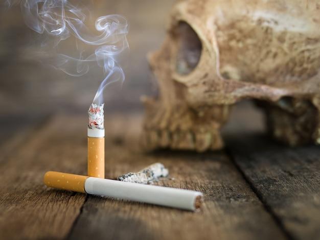 Ainda o crânio e o cigarro da vida queimaram-se com fumo na madeira.