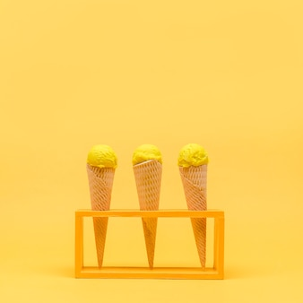 Ainda vida amarela de sorvete
