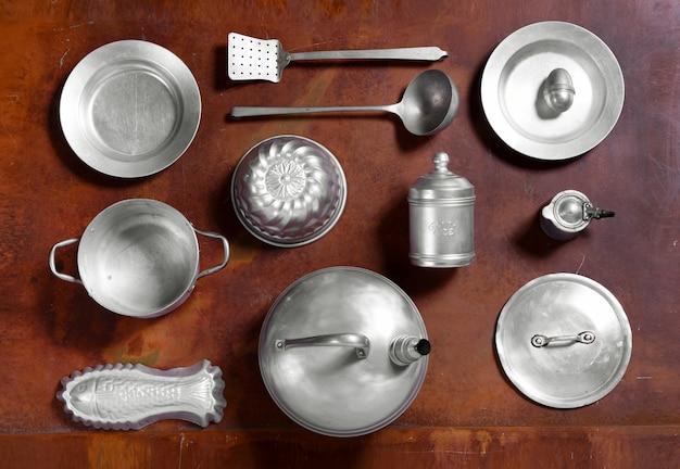 Ainda vida arranjo de utensílios de cozinha de alumínio