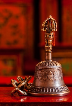 Ainda vida budista tibetana - vajra e sino