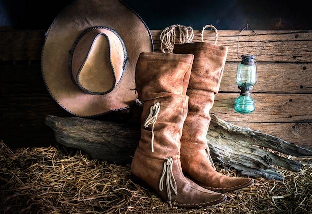 Ainda vida com chapéu de cowboy e botas de couro tradicionais