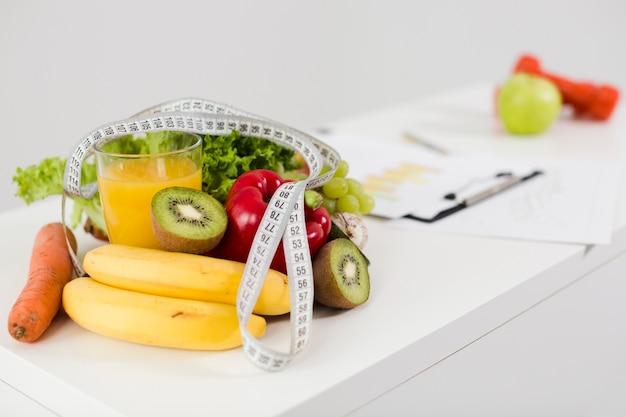Ainda vida com comida saudável na mesa