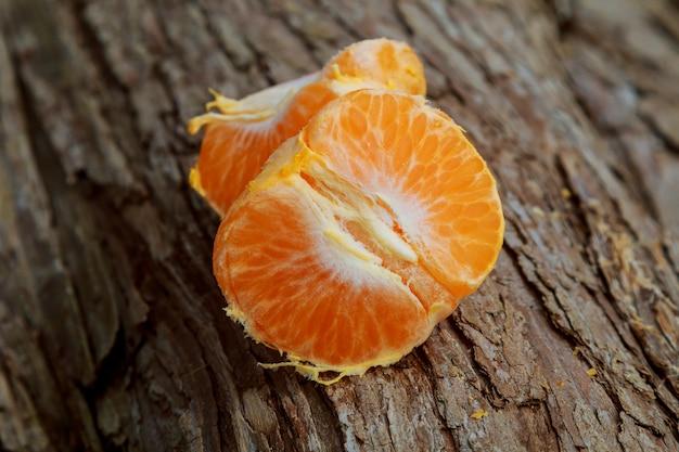 Ainda vida com laranja na madeira