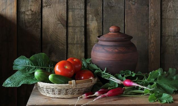 Ainda vida com legumes na mesa em estilo rústico