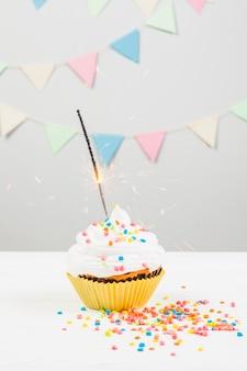 Ainda vida com muffin de aniversário