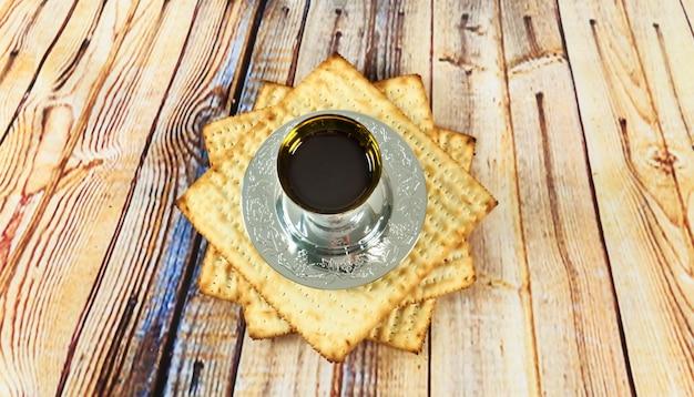 Ainda-vida com vinho e matzoh pão de páscoa judaica