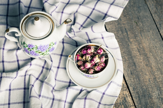 Ainda vida com xícara de chá e toalha de mesa na mesa de madeira