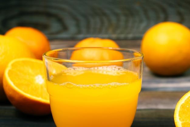 Ainda vida copo de suco de laranja fresco na mesa de madeira