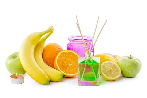 Ainda vida de frutas tropicais, óleos essenciais e difusor de aromas.