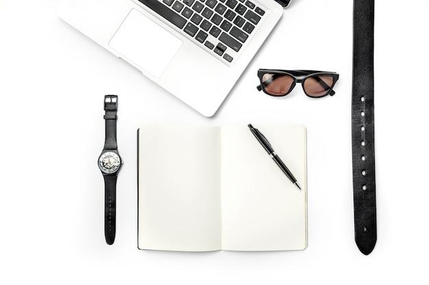 Ainda vida de homem casual. acessórios masculinos modernos e laptop em branco