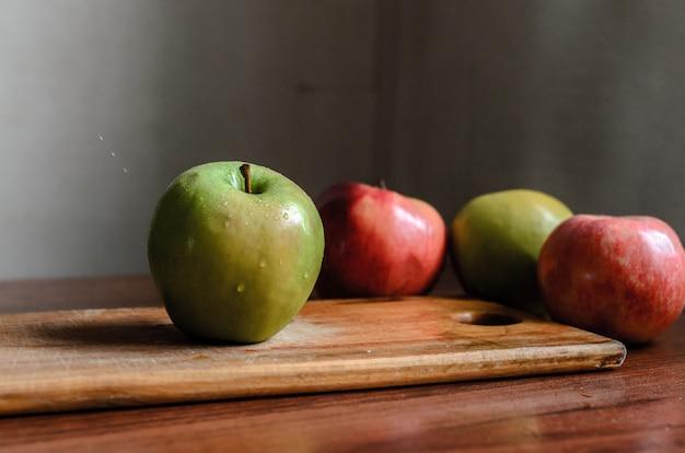 Ainda vida de maçãs em cima da mesa.