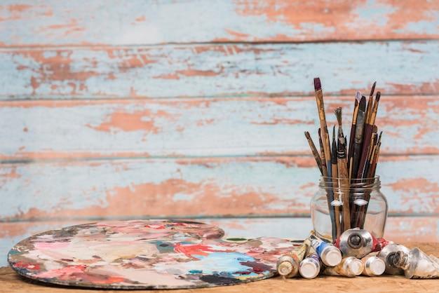 Ainda vida de materiais de pintura