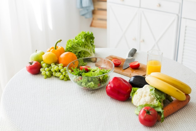 Ainda vida de mesa com comida saudável