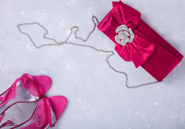 Ainda vida de moda mulher. conjunto de acessórios de moda femininos na cor rosa