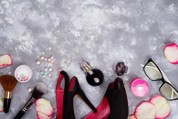 Ainda vida de moda mulher. moda feminina com pétalas de rosas, cosméticos, óculos e