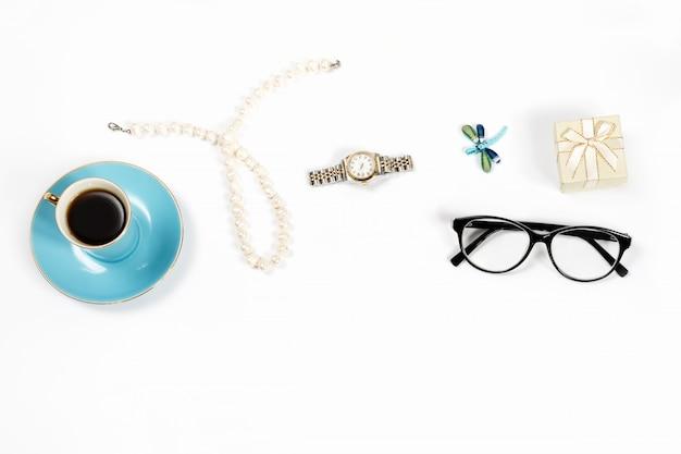Ainda vida de objetos de moda mulher sobre fundo branco, vista superior