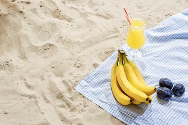 Ainda-vida de praia conceito de verão. divertir-se à beira-mar