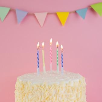 Ainda vida de saboroso bolo de aniversário