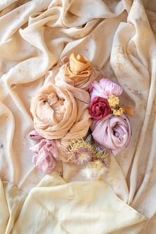 Ainda vida de seda e tecidos de algodão natural tingidos à mão