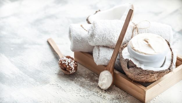 Ainda vida de spa com produtos de cuidados com o corpo e coco frescos