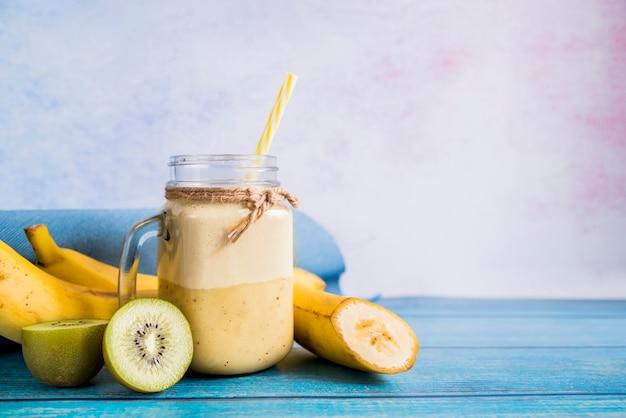 Ainda vida de um smoothie de verão saboroso