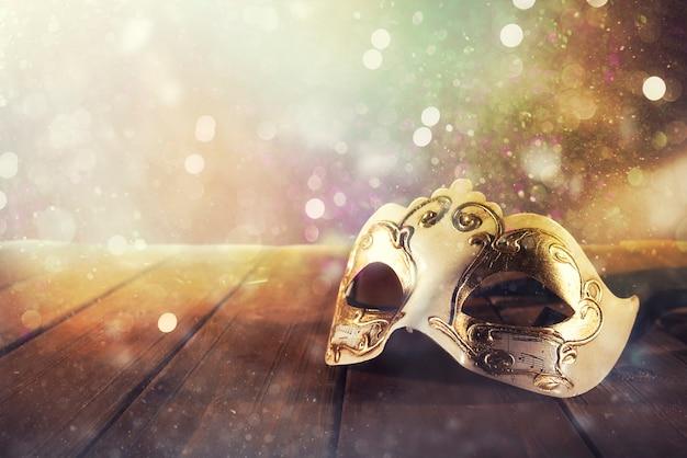 Ainda vida de uma máscara de carnaval vintage em um piso de madeira