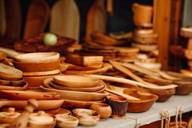 Ainda vida de utensílios de cozinha em casa em um fundo de madeira escura conceito ecológico de pratos ecológicos