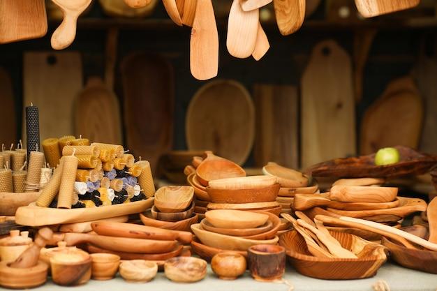 Ainda vida de utensílios de cozinha em um fundo escuro de madeira. pratos ecológicos, conceito de ecologia. foto de alta qualidade