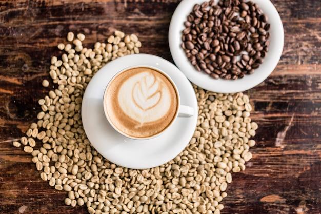 Ainda vida de xícara de cappuccino e grãos de café