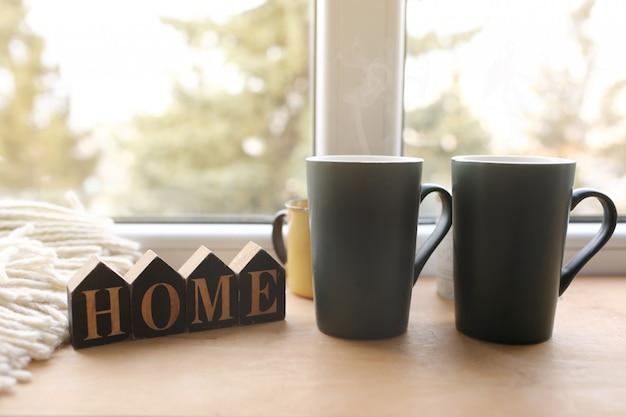Ainda vida decoração de casa em uma casa aconchegante com letras de madeira com a inscrição em casa