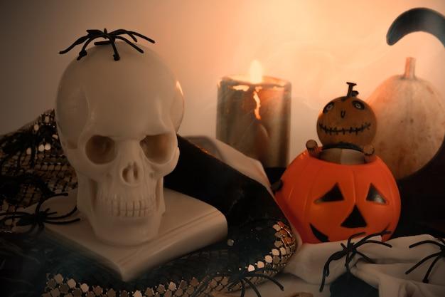Ainda vida decorativa de halloween com abóboras, crânios, aranhas e velas decoração espaço de cópia