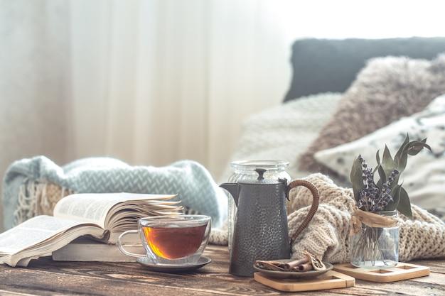 Ainda vida detalhes do interior da casa em uma mesa de madeira com uma xícara de chá