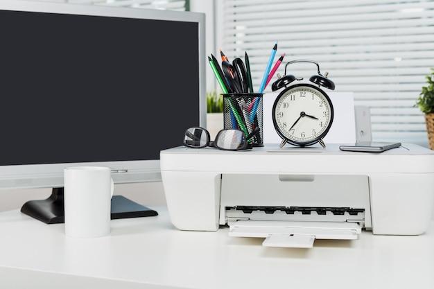 Ainda vida do local de trabalho do escritório elegante moderno com impressora