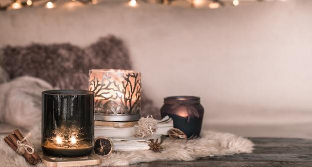 Ainda vida em casa atmosfera no interior com velas e um livro na parede de colchas aconchegantes