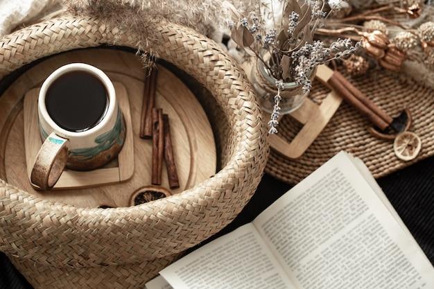 Ainda vida em uma sala aconchegante com uma linda xícara.