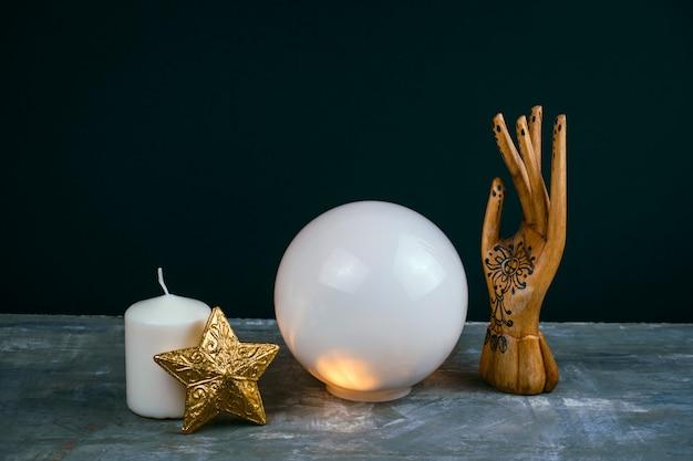 Ainda vida esotérica criativa com uma bola de previsões