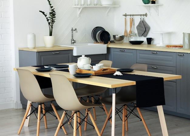 Ainda vida interior vista da sala de jantar e cozinha, mobiliário elegante.