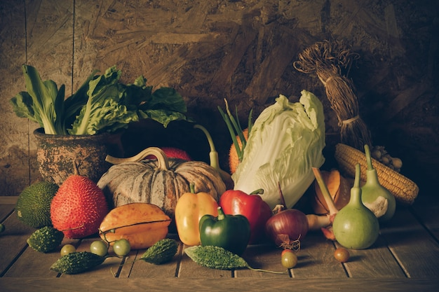 Ainda vida legumes e frutas.