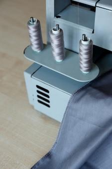 Ainda vida. materiais de costura. overloque fios e tecidos de máquinas de costura