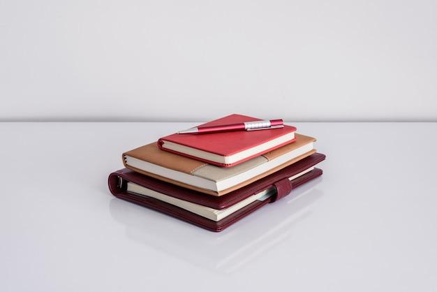 Ainda vida, negócio, conceito de educação. caneta com notebook em uma mesa