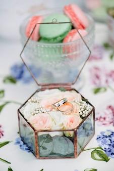 Ainda vida noivas de manhã, prato com xícara de chá, taça de champanhe, alianças e buquê de flores