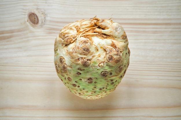 Aipo de raiz fresca em uma placa de madeira.