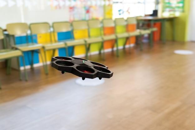 Airblock educational drone aprendizagem de pilotagem e programação para crianças e novatos voando dentro de uma sala.